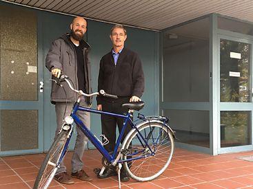 Hans Ruhs übergibt Fahrrad