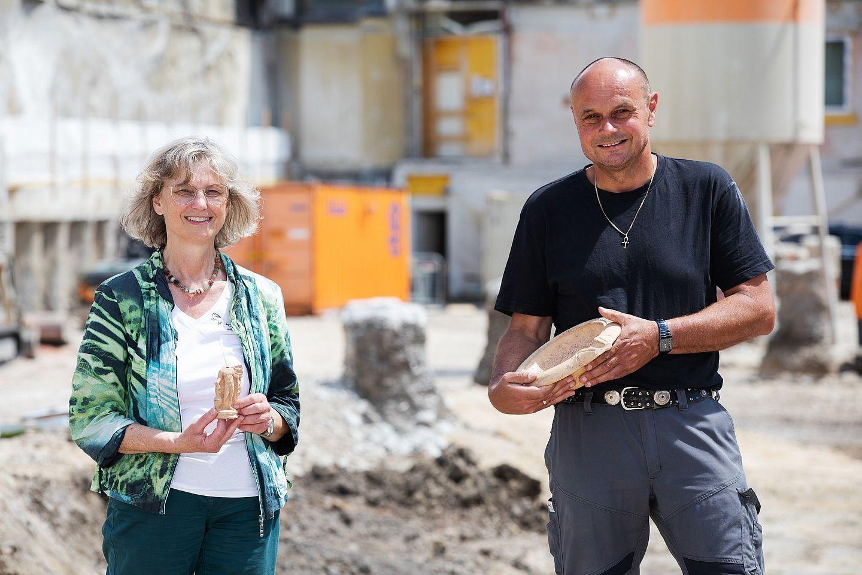 Dr. Renate Miglbauer vom Stadtmuseum Wels und Archäologe Wolfgang Klimesch