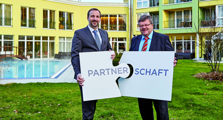 Thomas Lehner, Direktor VKB-Filiale Grieskirchen, mit Hotelier Manfred Stroissmüller im Garten des Parkhotels Bad Schallerbach