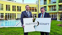 Thomas Lehner, Direktor der VKB-Bank Grieskirchen, mit Hotelier KommR Manfred Stroissmüller in der Gartenanlage des Parkhotels Bad Schallerbach (v. l.).