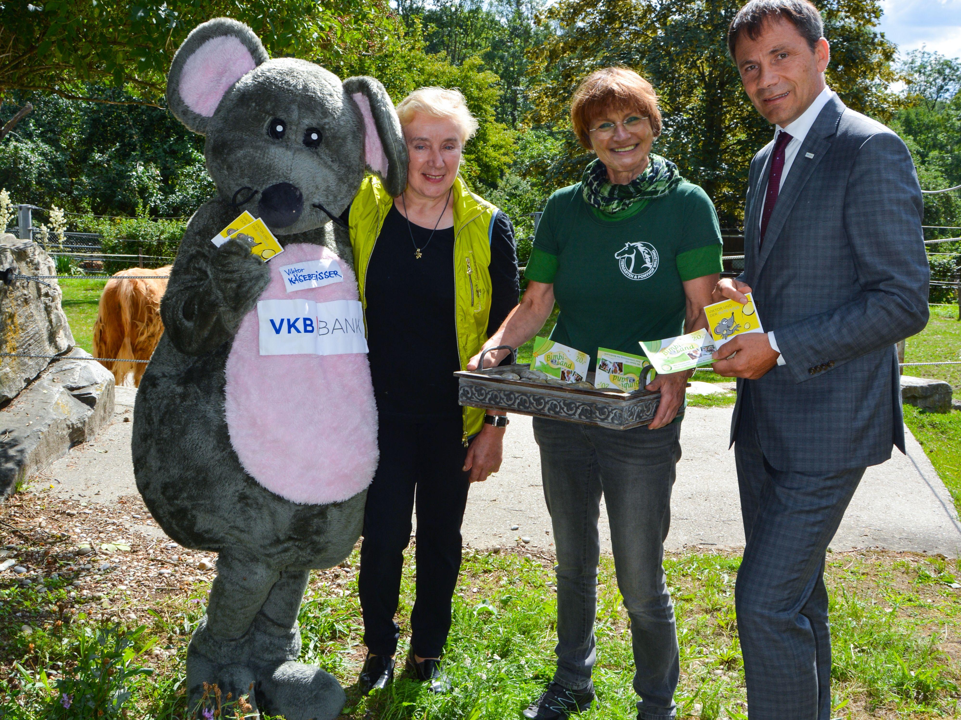 Freuen sich über die Kooperation: VKB-Maskottchen Viktor Käsebeißer, Tiergartenleiterin Angela Mair, Renate Stein und VKB-Regionaldirektor Mag. Martin Moser, MBA (v. l.).