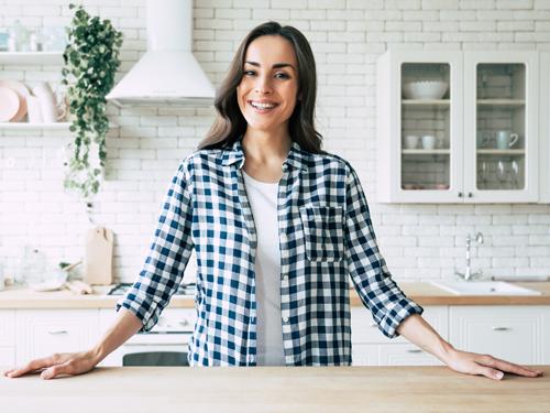 Frau in neuer Küche