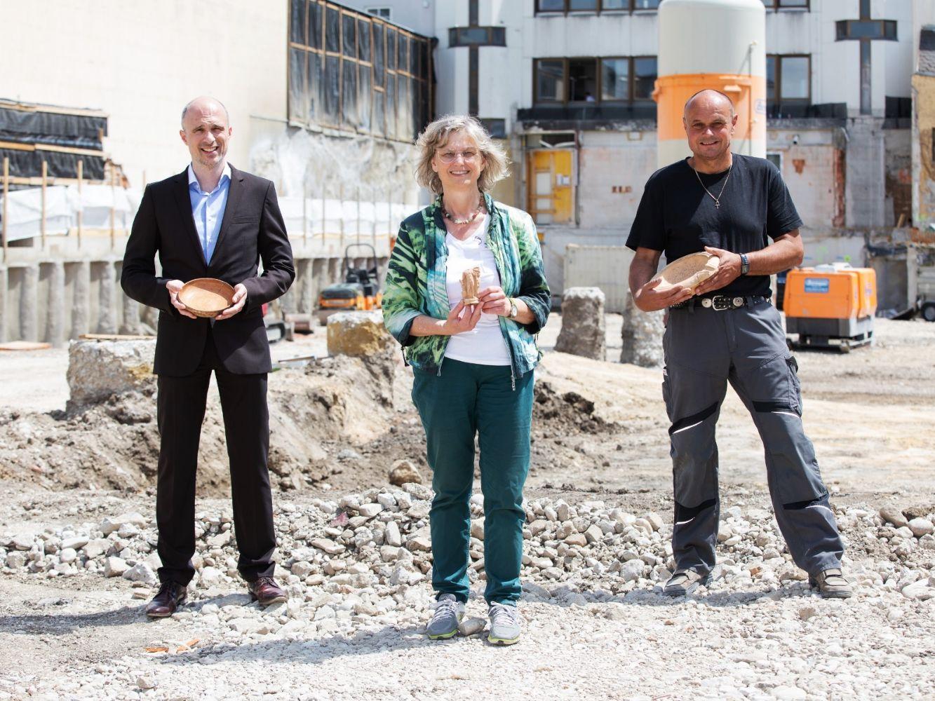 Dr. Wiener-Fererhofer, Filialdirektor der VKB-Bank Wels, Dr. Renate Miglbauer vom Stadtmuseum Wels und Archäologe Wolfgang Klimesch (vlnr)