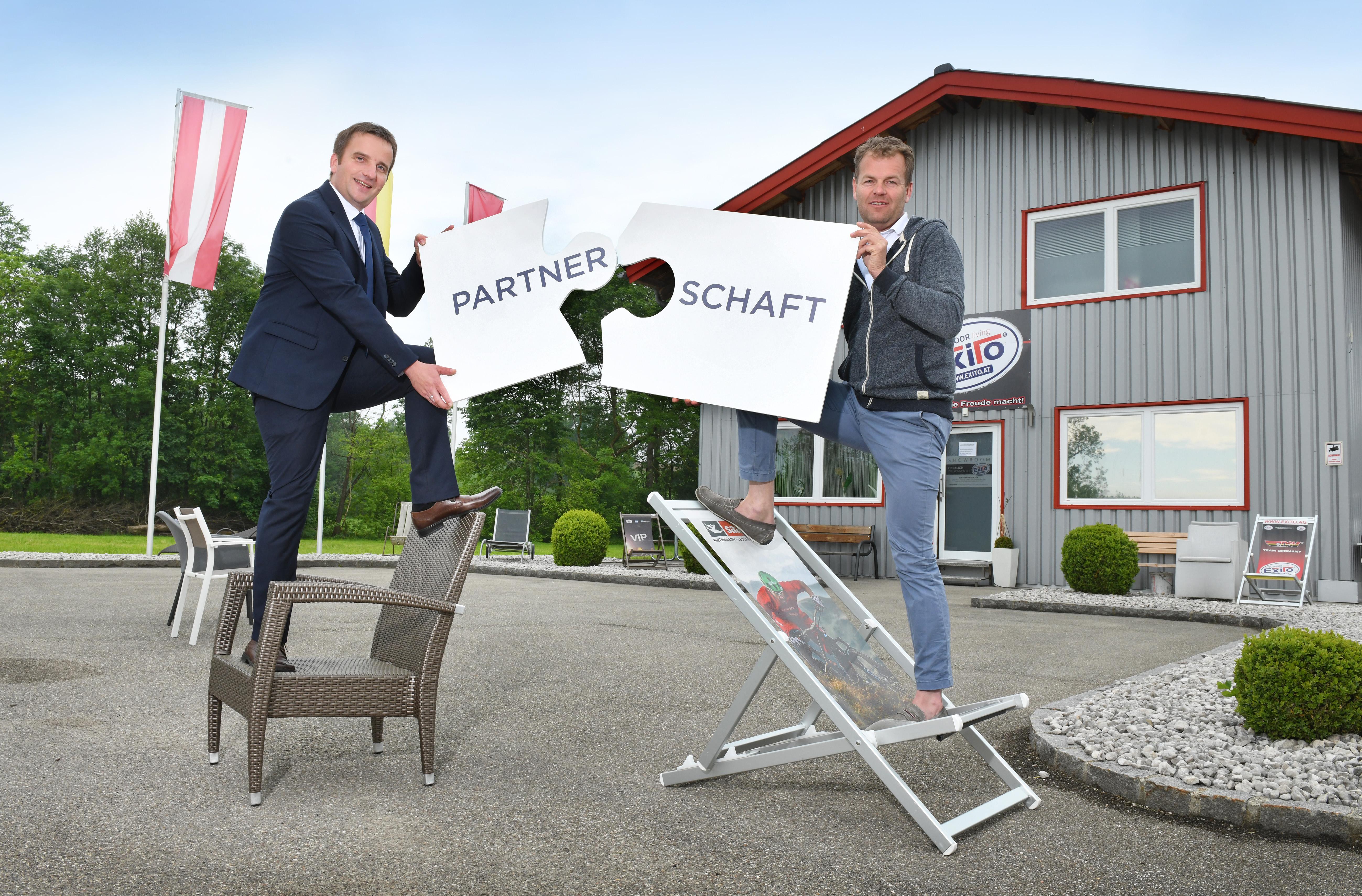 Rudolf Schreder, Gründer der Firma Exito, wird von VKB-Firmenkundenbetreuer Hans-Peter Staudinger gut beraten.