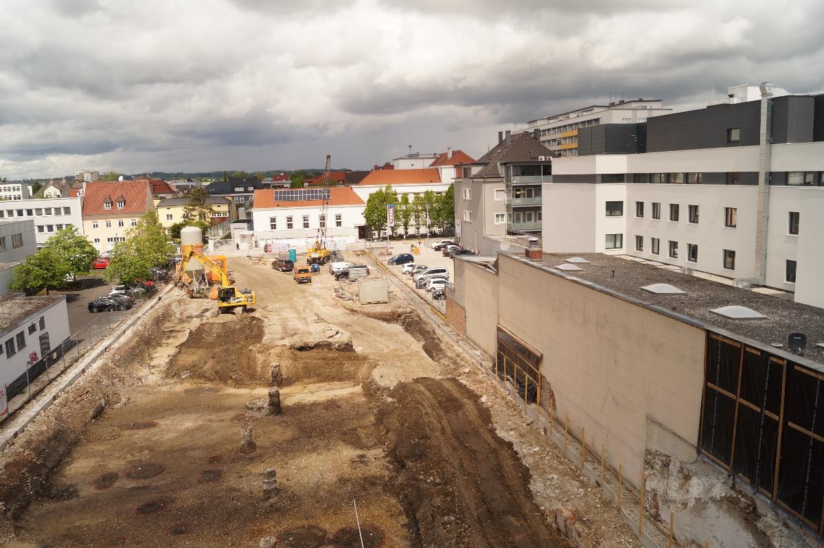 Blick vom Bankgebäude auf die Grabungsfläche